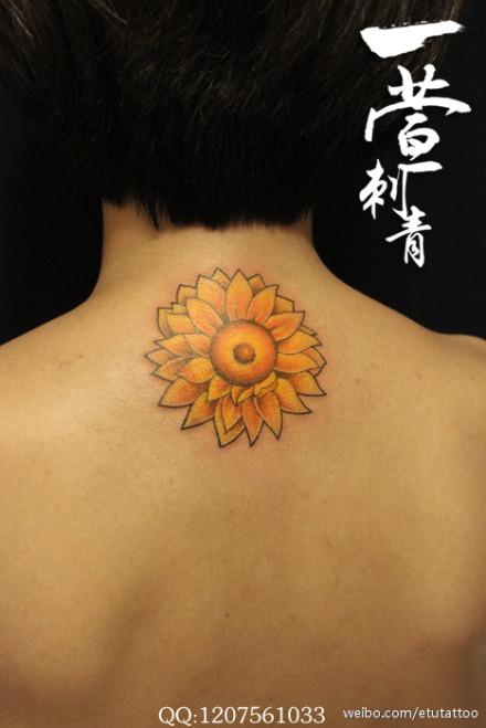 女生颈部好看的太阳花纹身图案图片
