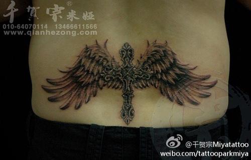 腰部经典好看的黑白十字架翅膀纹身图案