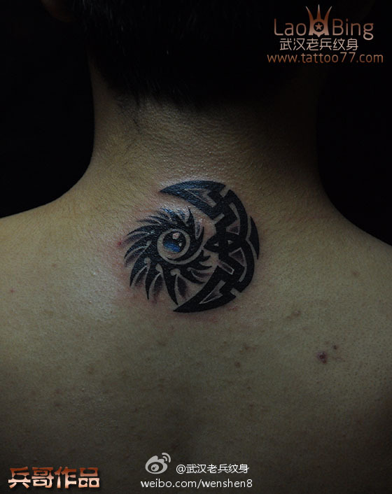 武汉最好纹身店 帅气的颈部图腾太阳月亮纹身图案作品图片
