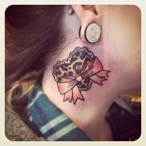 女生脖子处好看的爱心蝴蝶结纹身图案 美女腹部图腾皇冠纹