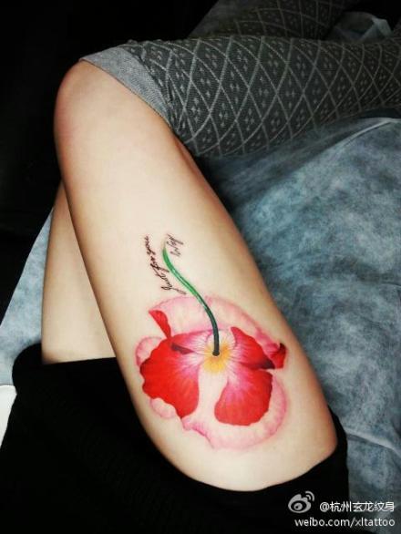 美女腿部好看的罂粟花纹身图案