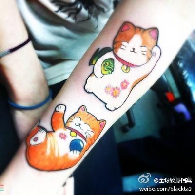 女生手臂可爱的猫咪纹身图案