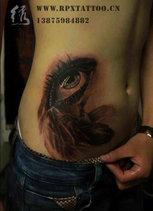 女生腹部唯美好看的眼睛纹身图案