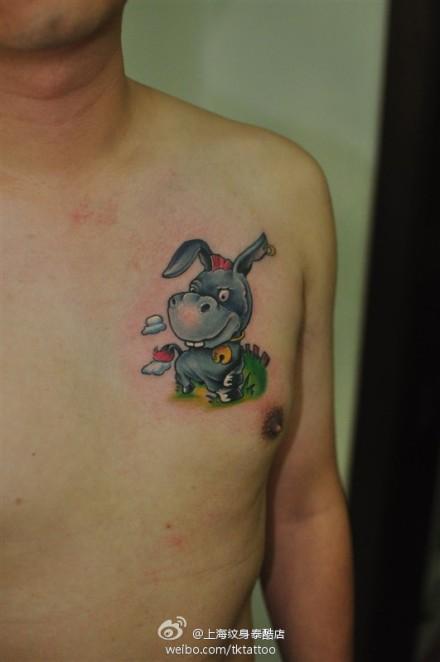 男人胸前可爱的小驴纹身图案