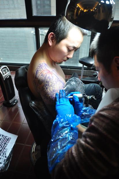国内资讯_兵哥在做巨石强森的纹身图哦~~霸气霸气~~