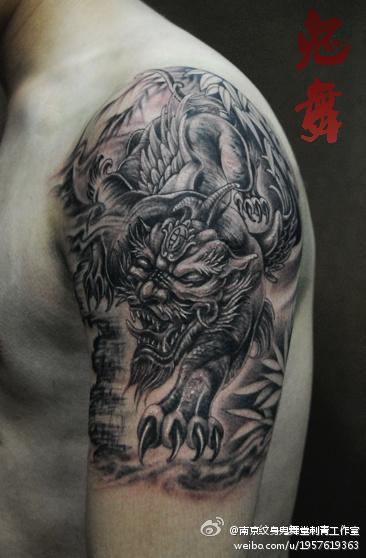 男人手臂经典时尚的貔貅纹身图案图片