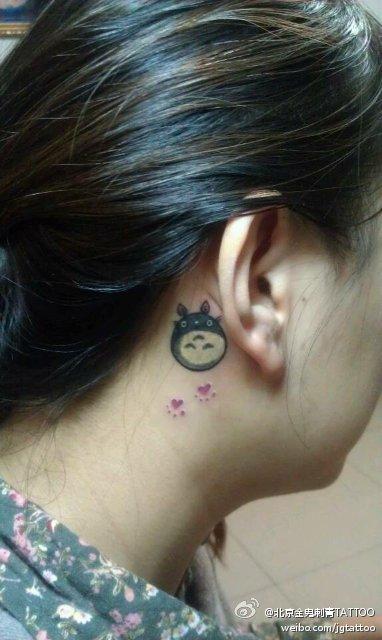 女生耳部卡通小龙猫纹身图案