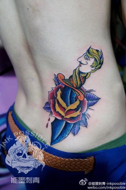 男生腰部时尚经典的匕首纹身图案图片