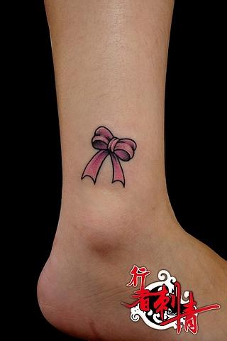 女生脚踝处小巧流行的蝴蝶结纹身图案