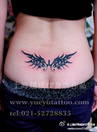 女生腰部精美流行的图腾蝴蝶翅膀纹身图案
