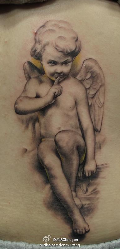 美女腰部精美写实的丘比特纹身图案高清图片