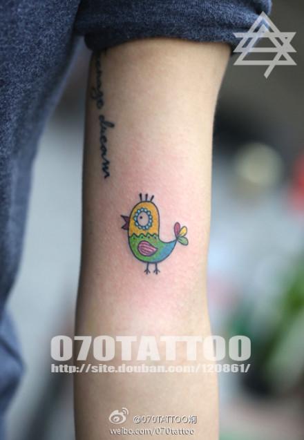 女生手臂可爱的小鸡纹身图案