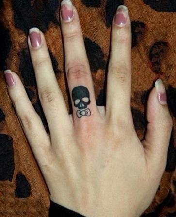 女生手指小巧时尚的骷髅纹身图案