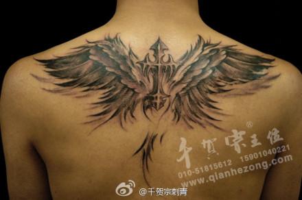 男人后背时尚经典的十字架翅膀纹身图案