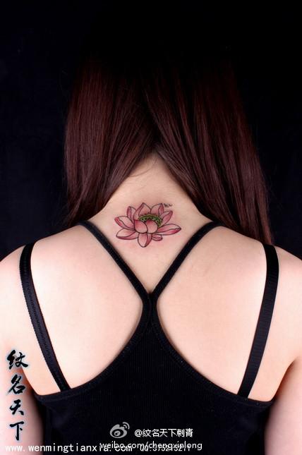 女生脖子处好看的莲花纹身图案;;