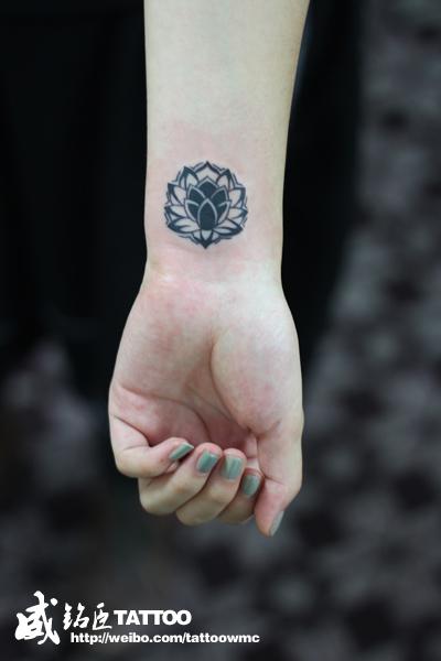 女生手腕处图腾小莲花纹身图案