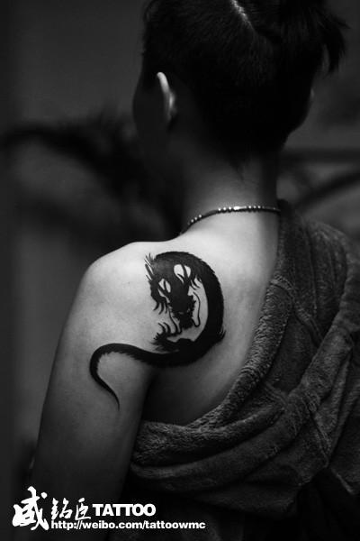 女生肩背帅气经典的图腾龙纹身图案