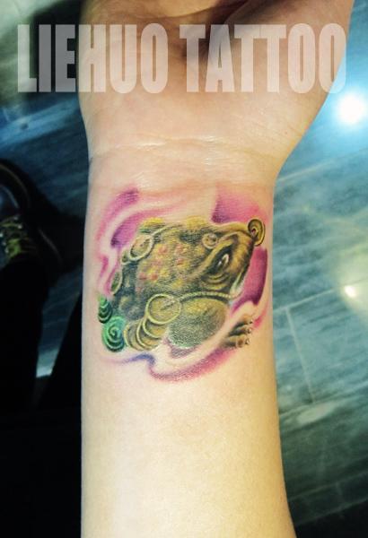 女生手腕彩色小金蝉纹身图案