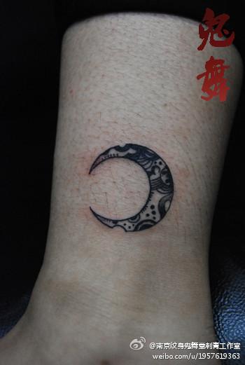 女生腿部小巧精美的图腾月亮纹身图案