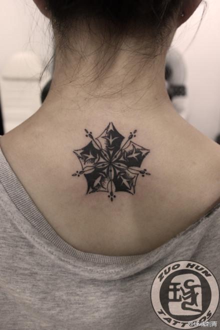 女生后背精美时尚的雪花纹身图案图片