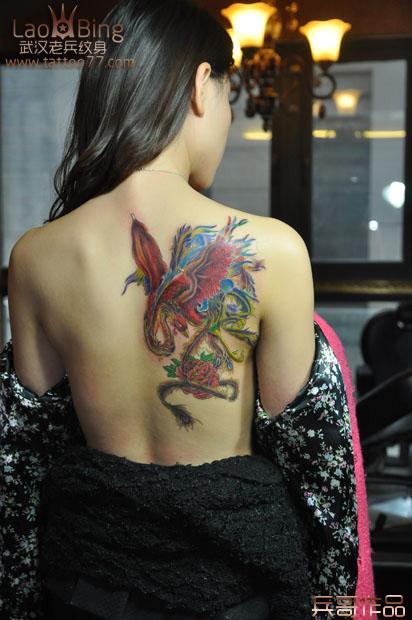 性感唯美的美女后背凤凰纹身由武汉最好纹身店老兵 竖