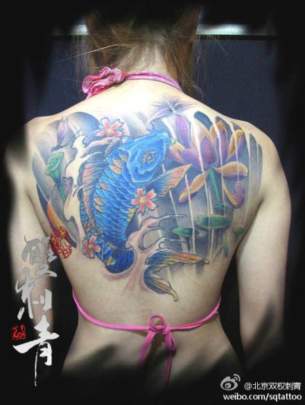 美女背部漂亮的半背鲤鱼纹身图案图片