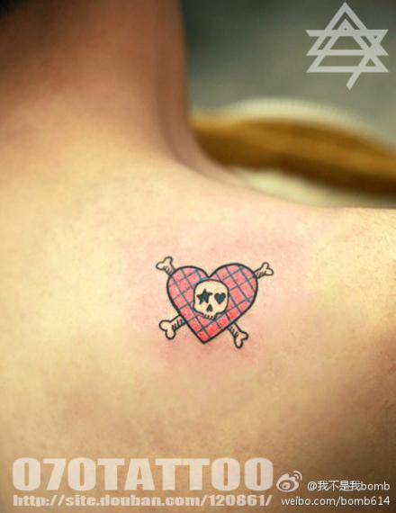 男生肩背可爱小巧的爱心骷髅纹身图案