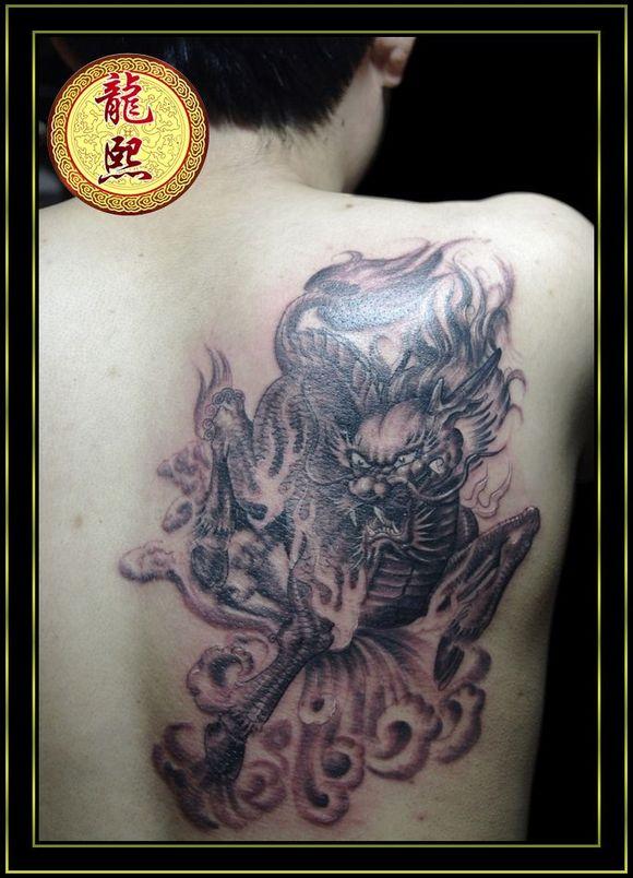 男人肩背帅气时尚的麒麟纹身图案