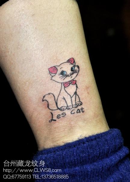 女生腿部小巧可爱的猫咪纹身图案