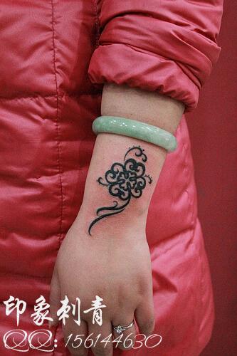 女生手腕好看流行的图腾四叶草纹身图案