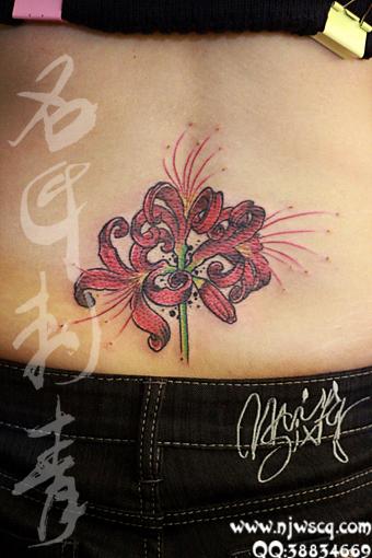 美女腰部精美时尚的彼岸花纹身图案