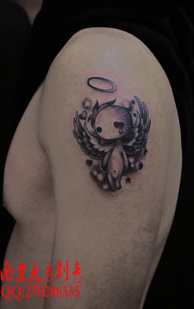 男生手臂一款流泪的小天使纹身图案