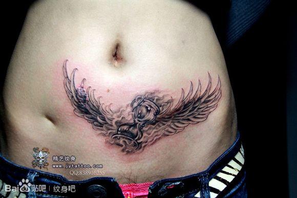 美女下腹部纹身_美女腹部时尚经典的沙漏与翅膀纹身图案