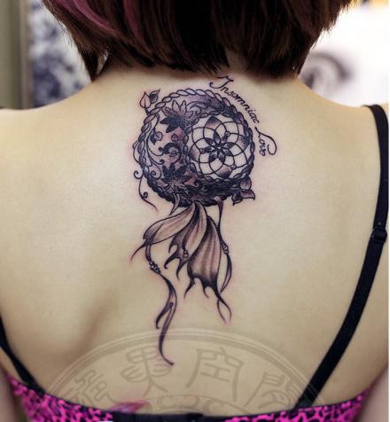 女生后背时尚精美的捕梦网纹身图案图片