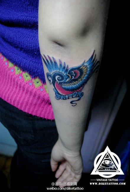 女生手臂图腾小燕子纹身图案