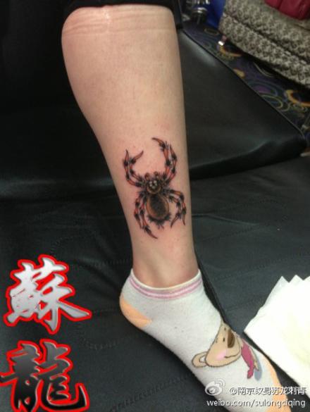 腿部时尚流行的蜘蛛纹身图案
