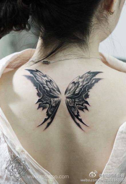 时尚精美的女生背部蝴蝶翅膀纹身图案