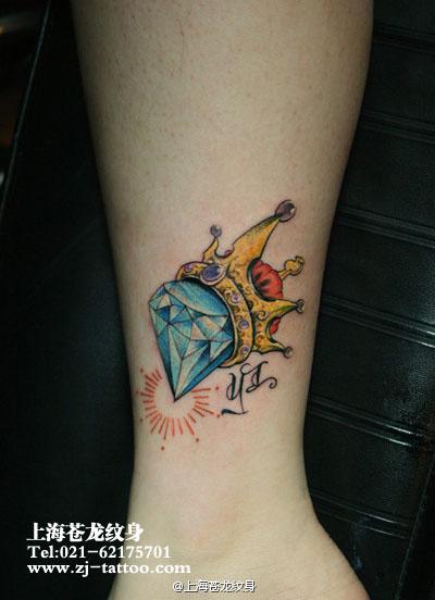 女生腿部精美流行的钻石皇冠纹身图案高清图片