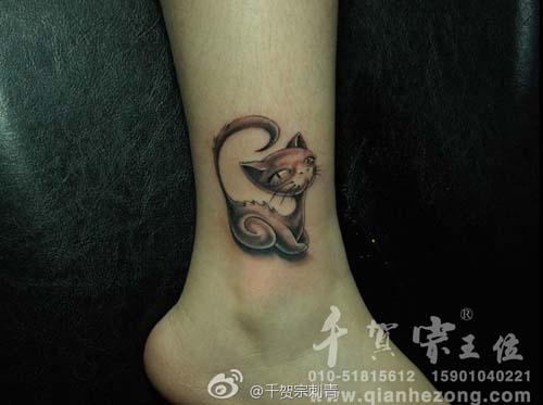 腿部可爱小巧的猫咪纹身图案