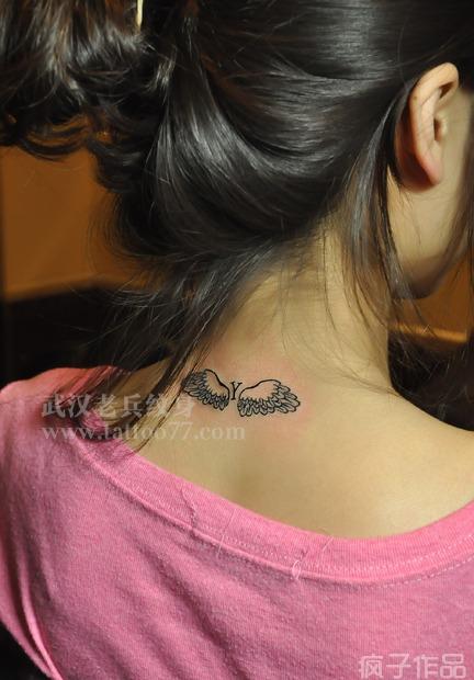 美女颈部翅膀纹身由武汉最好纹身店打造