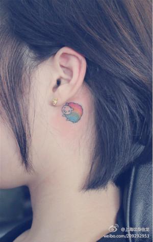 女生耳部彩色小绵羊纹身图案