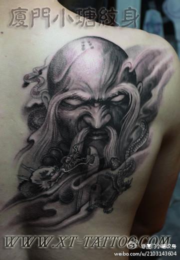 男人后背霸气的降龙罗汉纹身图案