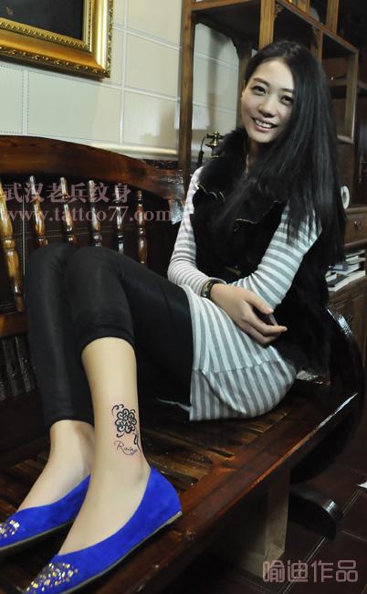 美女的腿部图腾四叶草纹身由武汉最好纹身店打造