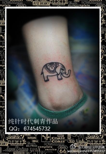 女生脚踝处小巧可爱的小象纹身图案
