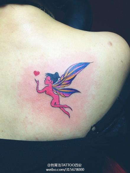 女生肩背彩色小精灵纹身图案