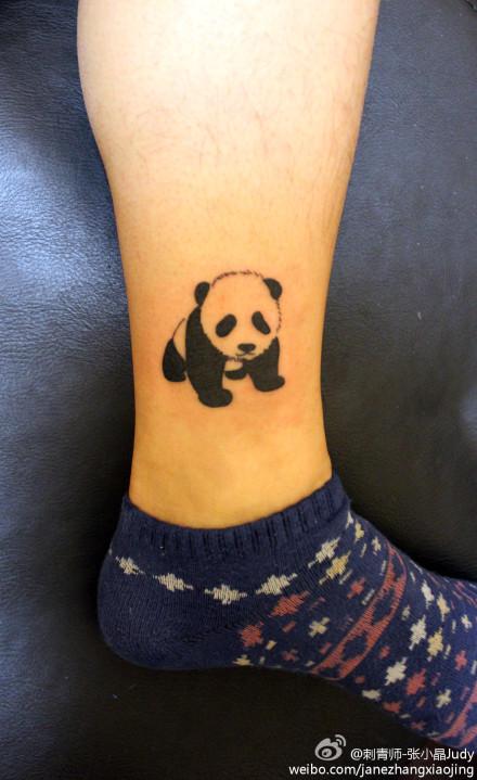 美女腿部可爱的小熊猫纹身图案