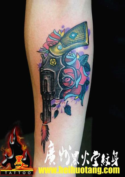 手臂超酷流行的手枪与玫瑰花纹身图案