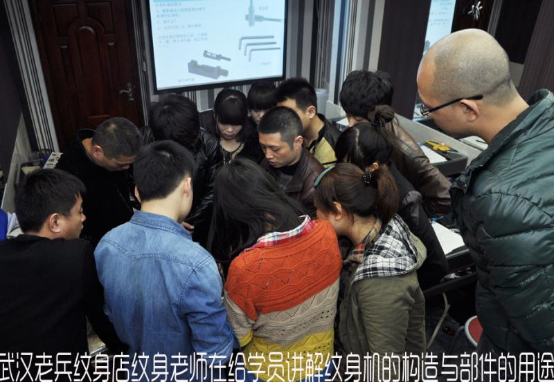 武汉老兵纹身培训学校纹身老师给学员讲解纹身机