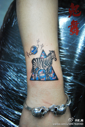 女生手臂小斑马与星空纹身图案