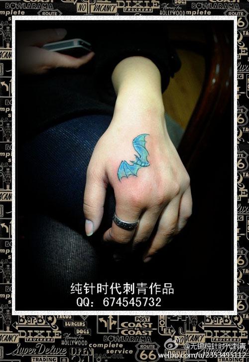 女生手部小巧的蝙蝠纹身图案